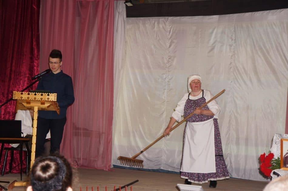 Максим Козьяков рассказывает, как появилась в деревнях коса-литовка. Фото Ольги Дроновой