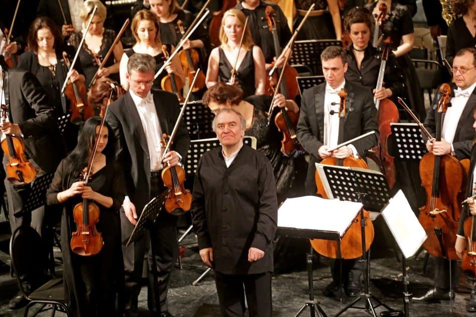 Маэстро Гергиев не первый раз выступает со своим оркестром на сцене Музыкального театра Карелии