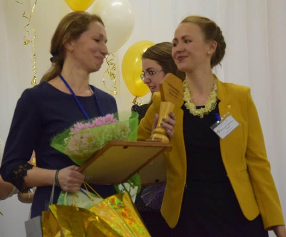 Победитель конкурса 2017 года Надежда Агеева (справа) передает кубок Виктории Стафейковой