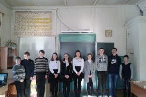 Ученики 5-9 классов перед школьным спектаклем