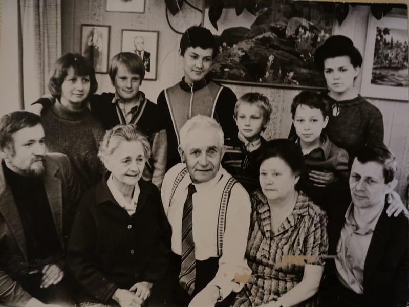 Вся семья Тимонен в сборе.В центре Антти Тимонен с женой Элиной