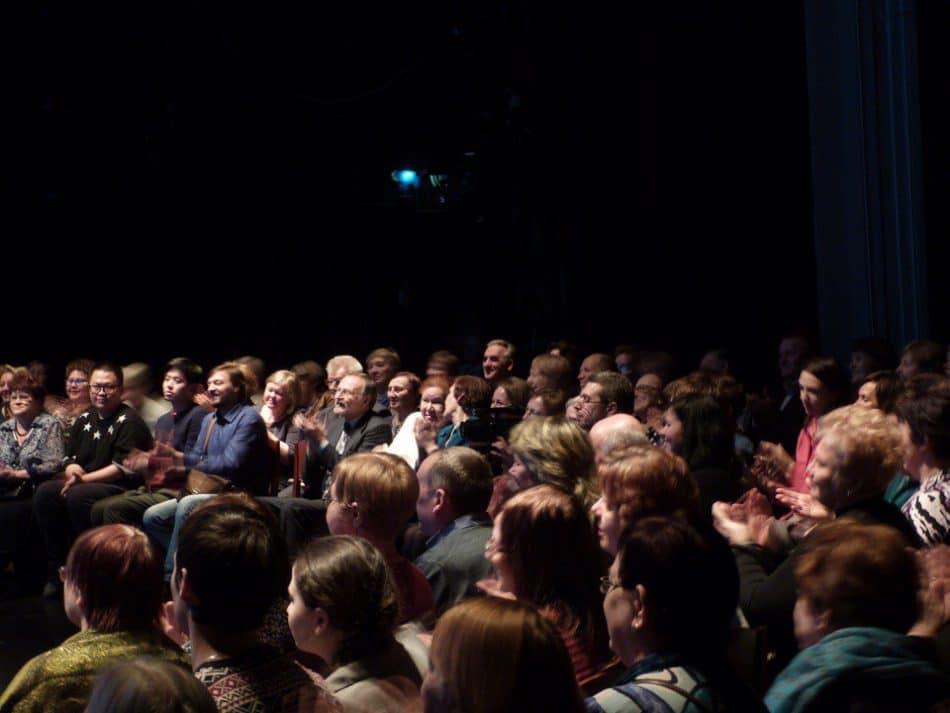 Зрители на сцене театра