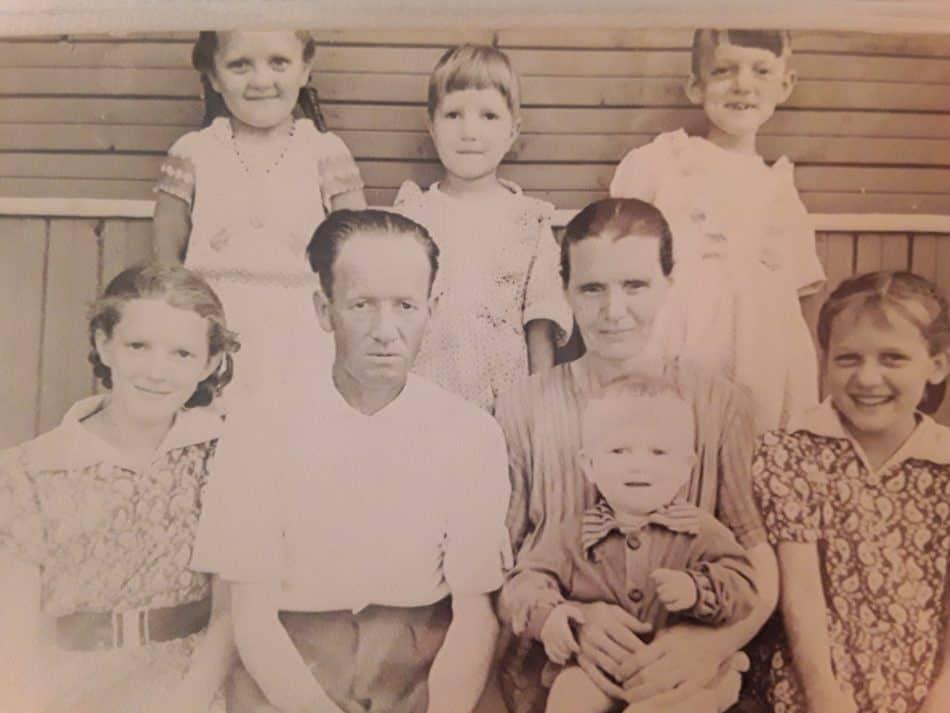 Родионовы в Марциальных водах в 1960-м. Здесь только младшие дети – в первом ряду Галя (справа), младшенький Саша у мамы на руках. Лиза – во втором ряду в центре
