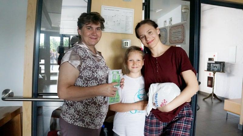Выпускницу Надежду Позднякову пришли поддержать мама и сестренка. Фото Ирины Ларионовой
