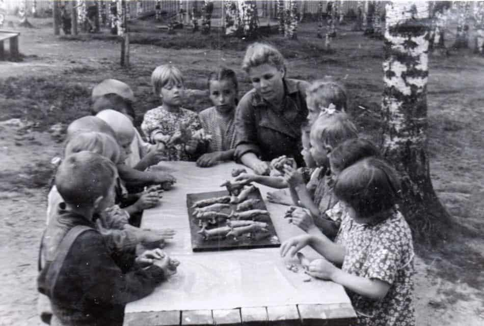 Березовая роща. Занятия лепкой воспитанников детского сада ОТЗ. Фото конца 1950-х гг. из архива А. Кудрявцевой