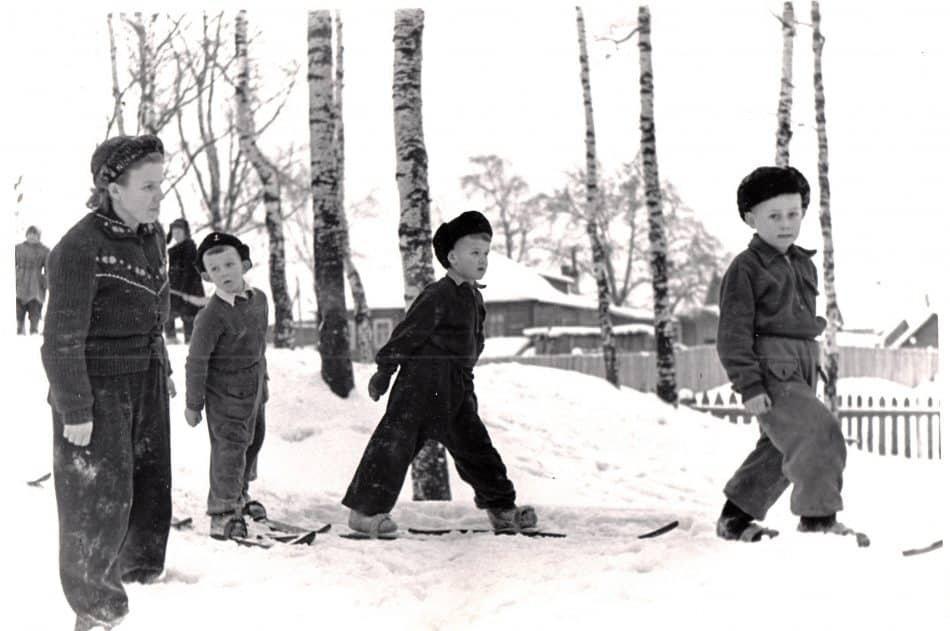 Зимние прогулки воспитанников детского сада ОТЗ в Березовой роще. Фото конца 1950-х гг. из архива А. Кудрявцевой