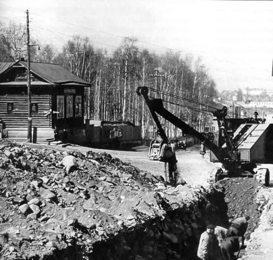 Улица Калинина. Слева на углу – деревянное здание на фундаментах часовни, далее – Березовая роща. Фото 1950-х гг. из архива Н. Кутькова