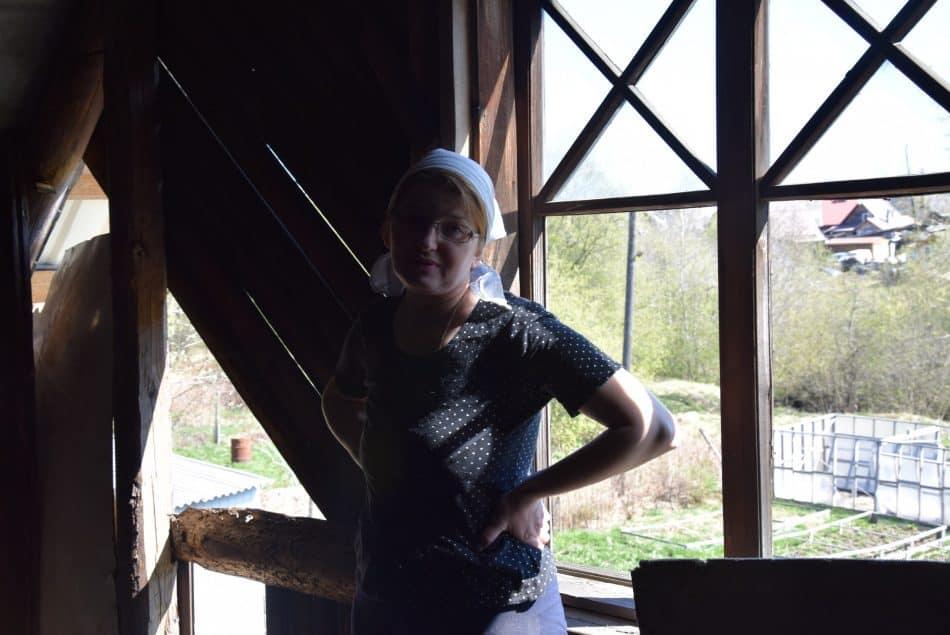 Алёна Княжева. Фронтон со стороны двора еще предстоит отремонтировать, чтобы ветер не гулял по крыше зимой и не выдувал тепло