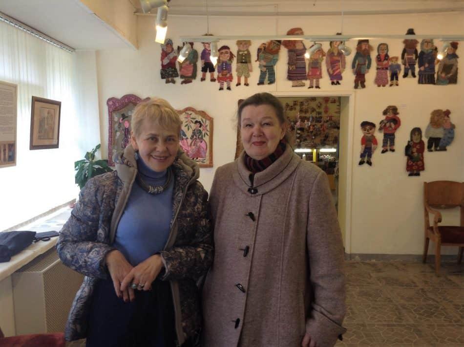 На выставке (слева направо): Марина Щедринская, благодаря которой в Петрозаводске открылась выставка работ ее матери Марины Старченко, и архитектор Елена Ициксон. Фото Натальи Мешковой