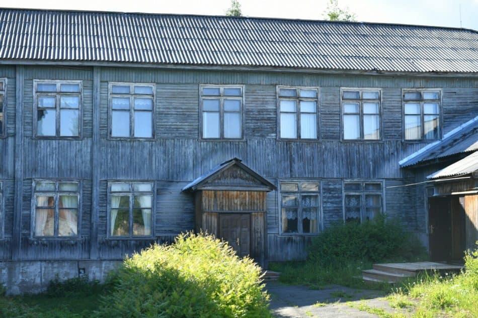 Школа в поселке Деревянка