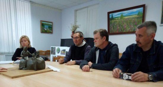 Обсуждение эскиза памятника в мае 2018 года. Второй слева - скульптор Александр Ким. Фото Натальи Мешковой