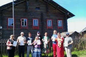 У писательского дома Софиенко в деревне Корза