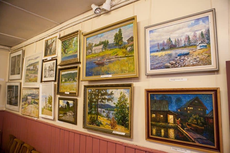 Вот такая сегодня галерея в далёкой от столицы деревеньке
