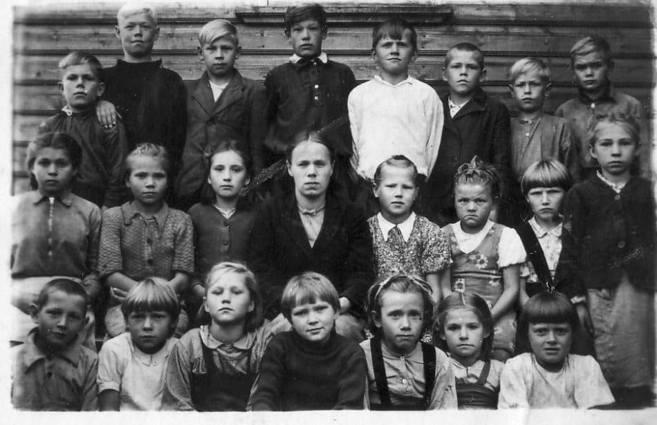 Фоймогубские школьники с учителем А.Г. Шадровой, 1948 год