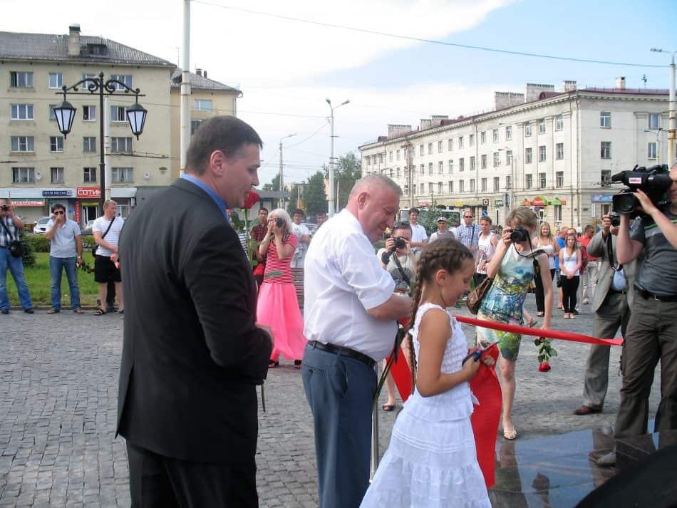 Эдуард Чирко и бывший мэр Николай Левин разрезают ленточку