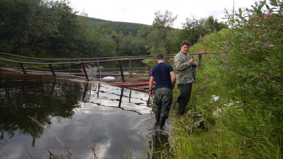 Работа на озере Ледовом (слева – А. Черепанов, справа – Д. Денисов)