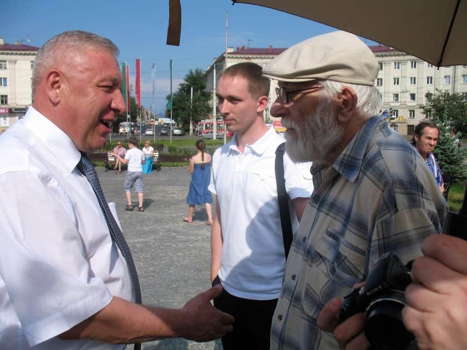 Академик архитектуры Вячеслав Орфинский (справа) на открытии стелы отказывается пожать руку мэру Николаю Левину