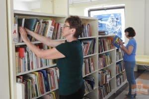 Расстановка фонда в Центре детского чтения. Фото МК РК