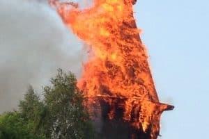 В Кондопоге сгорела Успенская церковь, шедевр деревянного зодчества