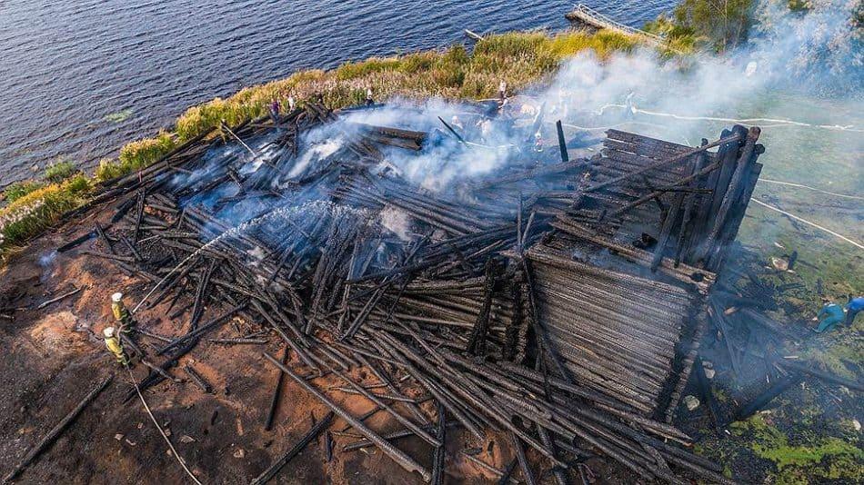 Догорающая Успенская церковь. Фото: Илья Тимин, Коммерсантъ