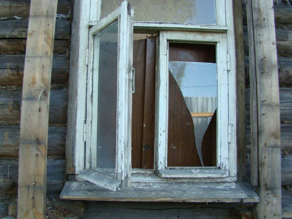 Окно легко открывается снаружи, доски просто поставлены, прислонены. Легко откинуть или сдвинуть их.