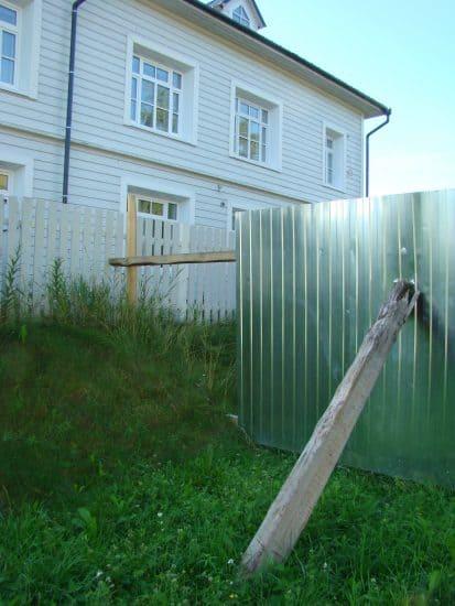 В углу дыра. Даже если появятся ворота, зайти на территорию дома будет легко. Да и забор, похоже, как домик у Ниф-Нифа, ветром сдунет. Так строит Строительный трест № 4?