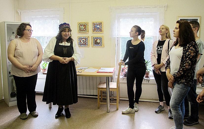 Гостей вернисажа, а это были в основном студенты ПетрГУ, приветствуют Ирина Власова (слева) и Наталья Игракова