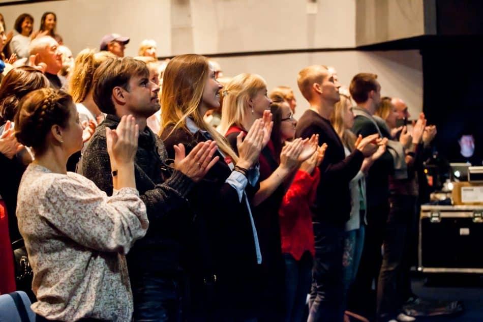 """Публика"""" аплодирует стоя после спектакля """"Антарктида"""""""