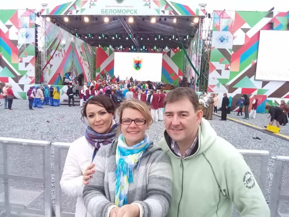 Анастасия Аверина (слева) с Анастасией Сало и Михаилом Тоцким в Беломорске