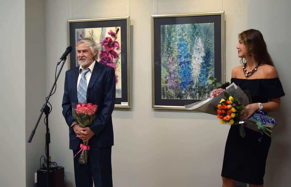 Ксению поздравляет отец, художник Юрий Трофимов