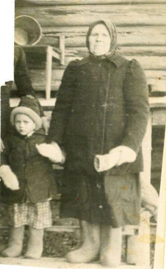 Прасковья Васильевна с внучкой Ниной. Тельпозеро, 1953 год