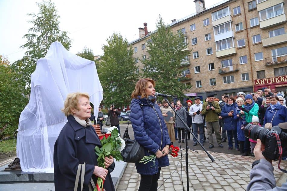 Татьяна Красовицкая (слева) и Екатерина Рождественская выступают перед открытием памятника