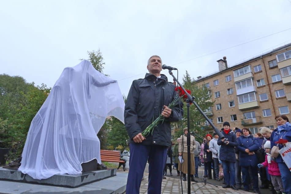 Артур Парфенчиков высказал надежду, что рядом с этим памятником будут собираться молодые поэты и читать стихи. Фото Владимира Ларионова