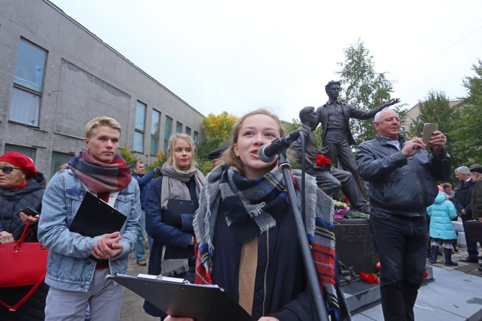 Юные участники студии художественного слова Лидии Побединской читают стихи русских поэтов. Фото Владимира Ларионова