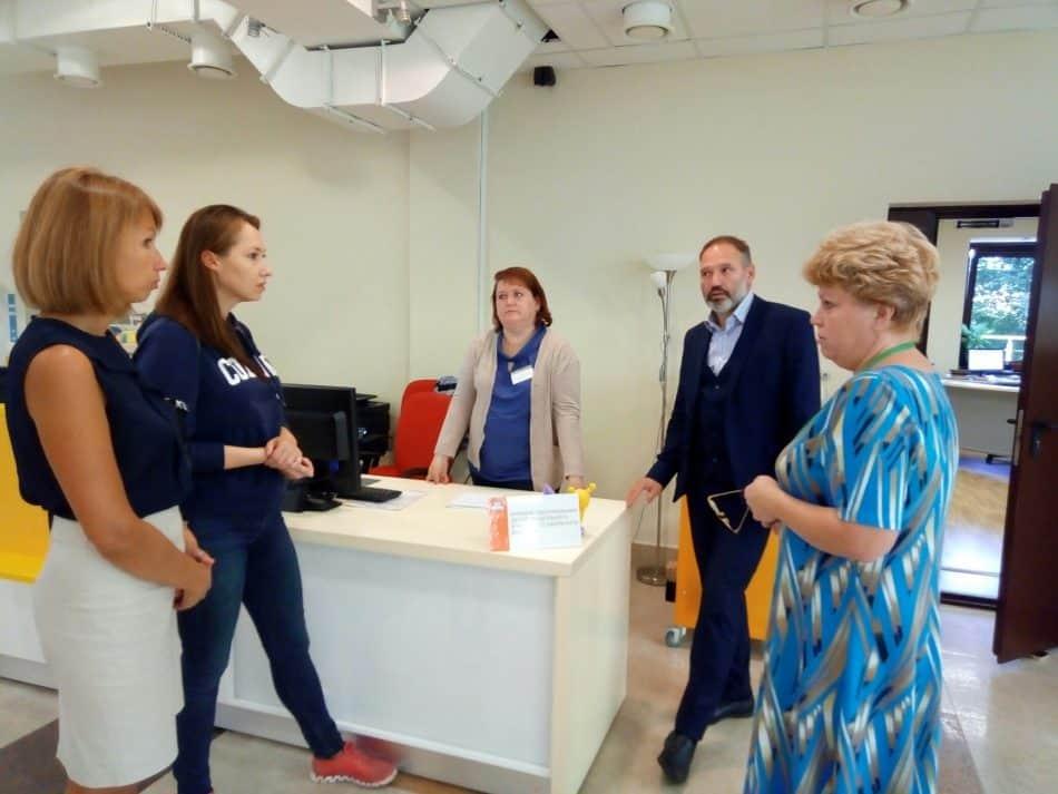 Члены общественного совета беседуют с сотрудниками Центра детского чтения
