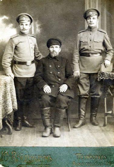 Василий Хомутинников с сыновьями Александром (слева) и Николаем. Петроград, 1915 год