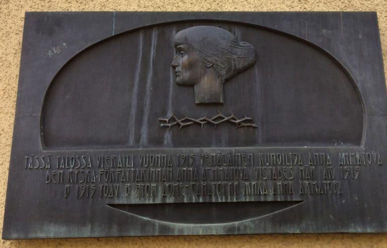 Мемориальняа доска Анне Ахматовой. Санаторий Хювинге. Фото Ларисы Хенинен