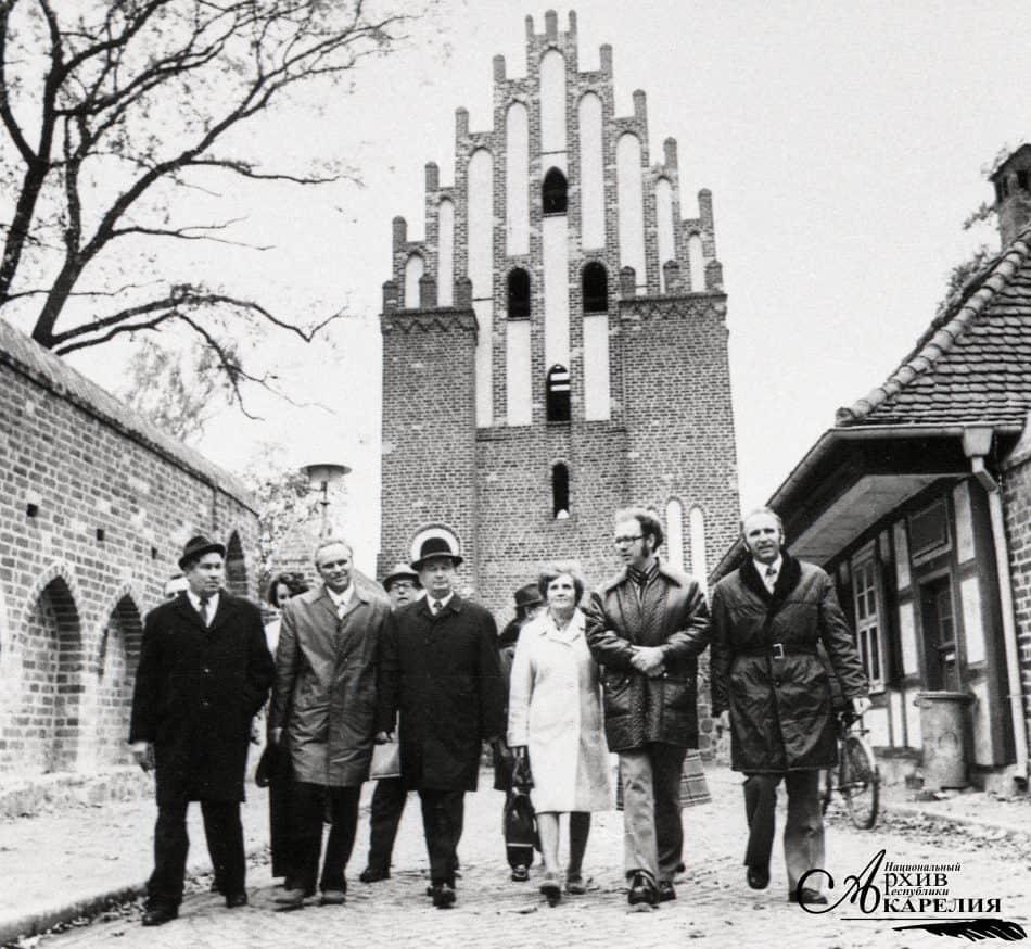 Делегация из Карелии в Нойбранденбурге. Третий слева - секретарь Карельского обкома КПСС М.Х. Киуру. Нойбранденбург. 1975 год
