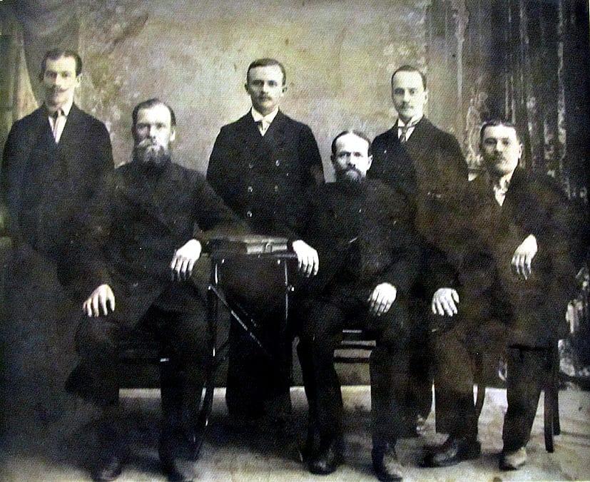 Шестеро санкт-петербургских купцов, уроженцев с. Великая Губа, что в Заонежье. 1910-1915 годы