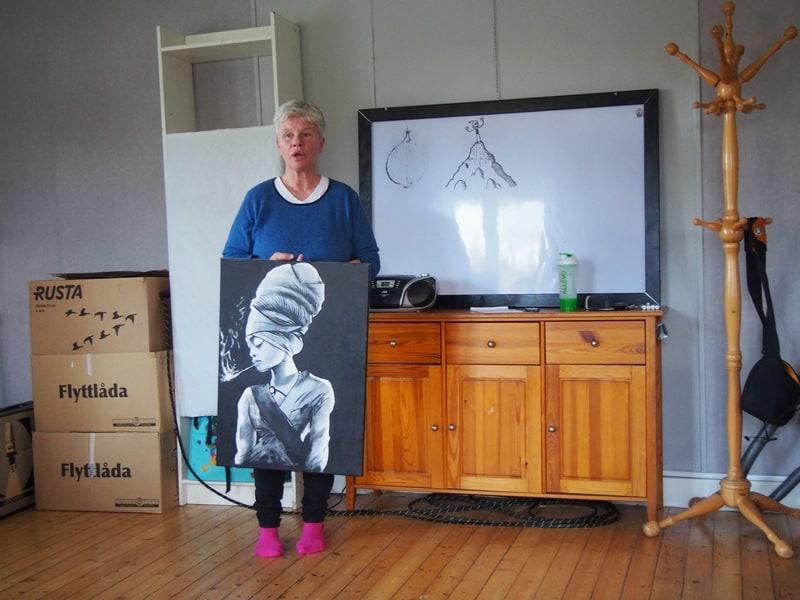 Брит-Ингер показывает рисунок сына