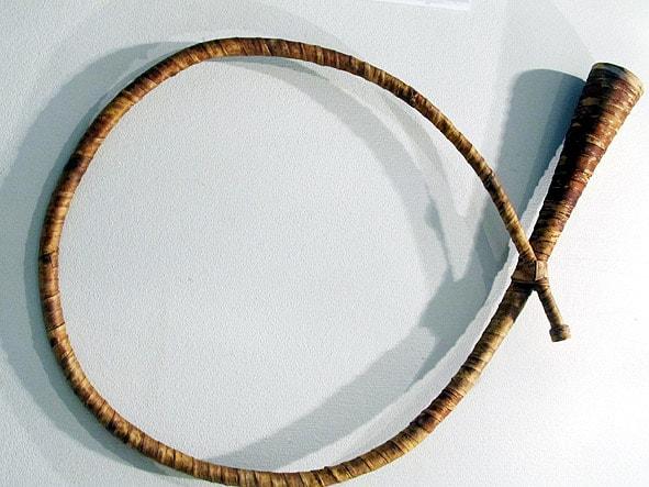 Это уже круглая труба, или «Труба колесом». На них пастухи играли сигнальные наигрыши, которые состояли из разных по высоте звуков
