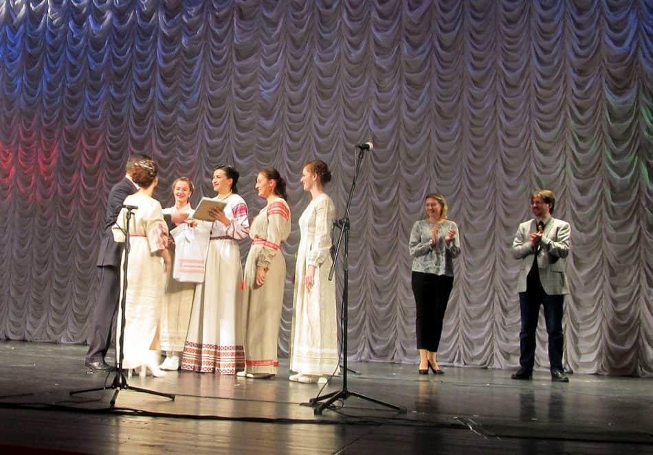 Председатель жюри конкурса Анатолий Цеп вручает диплом о присуждении гран-при ансамблю цимбалисток (Москва)