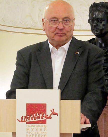 Гостей вернисажа приветствовал доктор Герберт Крапцер, председатель общества дружбы «Германия – Финляндия»