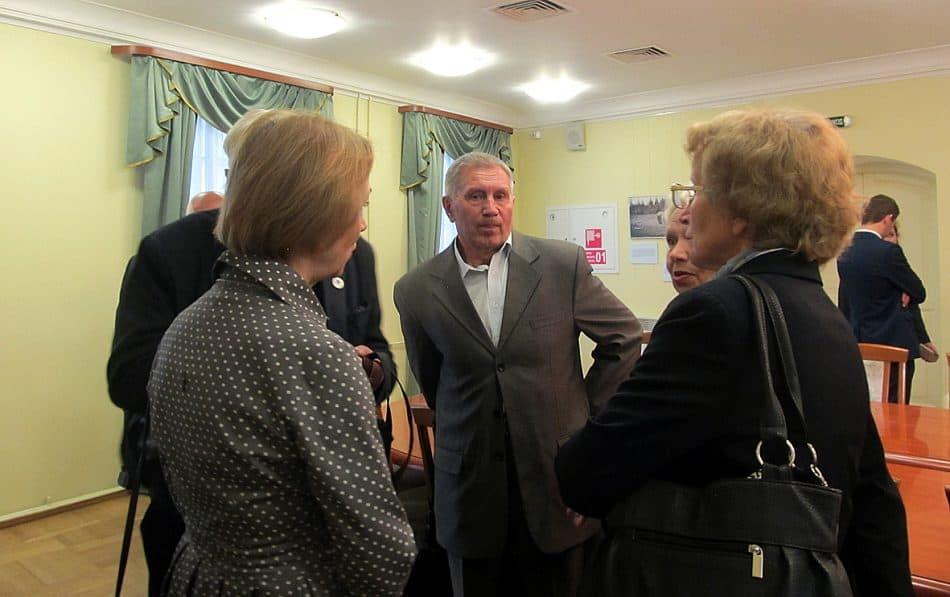 Переводчик Роберт Коломайнен (в центре) с первыми посетителями выставки