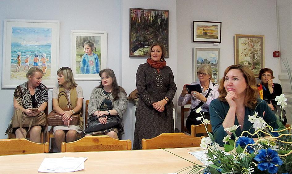 гости вернисажа и авторы работ, представленных на выставке