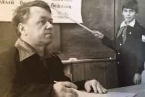Арсений Васильевич Анисимов на уроке в Ведлозерской школе. Фото из личного архива