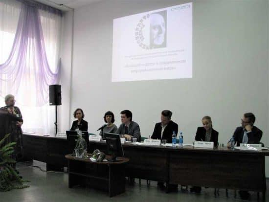 Модераторы дискуссии Надежда Максимова (стоит) и Александр Ханцевич (за столом в центре) и спикеры