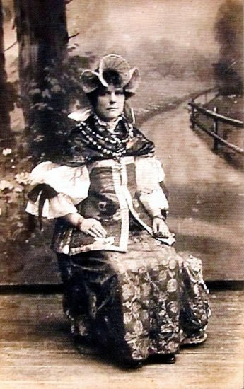Анна Ивановна Трегубова, уроженка д. Петры, работала в 1920-е годы в Петербурге портнихой