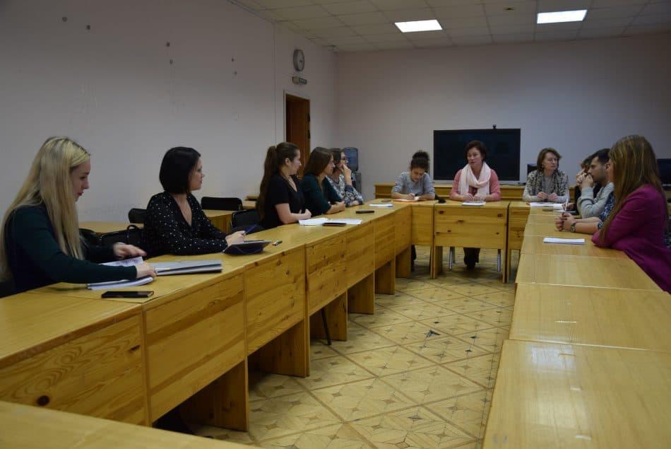 Обсуждение за круглым столом. Фото: Мария Голубева