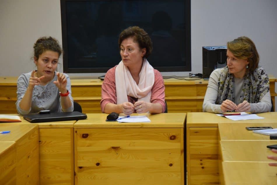 В центре замминистра образования Татьяна Васильева, справа от нее начальник Центра информационных технологий Светлана Маркелова, слева - один из разработчиков системы БАРС. Фото: Мария Голубева
